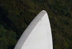 ドローンが撮影した風力発電機のブレードの先端