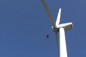 風力発電機の周りを自律飛行で撮影するドローンの様子