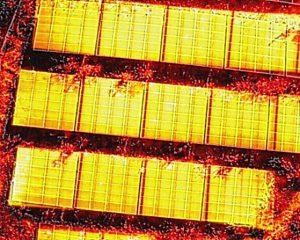 太陽光パネルを赤外線カメラで撮影した画像